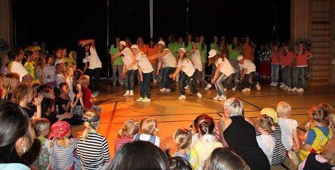 Rundt 200 danseelever fra Ås kulturskole deltok i en danseforestilling på Sjøskogen skole på Vinterbro onsdag kveld. FOTO: YANA STUBBERUDLIEN