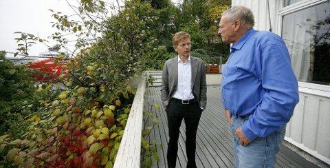 Har det ikke bra: Brynild Brynildsen inviterte ordfører Tage Pettersen for å gi et bilde av naboens virksomhet. – Dette er ikke lett å leve med, sier Brynildsen. foto: espen vinje