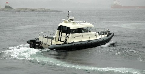HER ER DEN: Dette blir Telemark politidistrikts nye hovedbåt. En Askeladden Commuter 10 rib til 2,1 millioner. Foto: politiet