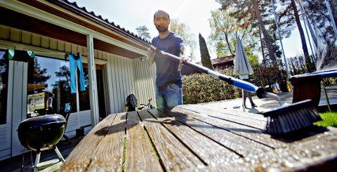 Helge Bod Vangen demonstrerer vårvasken utendørs.