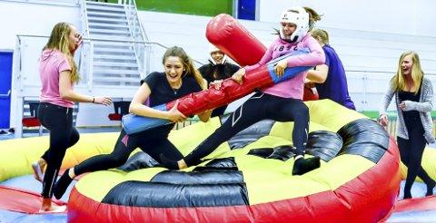 Ledergruppen på åtte  ungdommer er ikke redd for å ta ansvar, men  heldigvis blir det også tid til å ha det gøy: Her tester Marie Finstad  (t.v) og Sophie Johansen gladiator-ringen.
