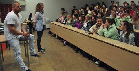 Sterkt møte: Trond Einar Frednes (36) fra Bastøy møtte elever ved Horten VGS og læreren deres, Bente Joteig Kristiansen. Alle foto: Trude Brænne Larssen