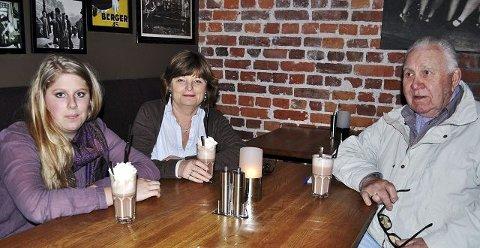 F. v: Eline Linkas Stovner (17), Sølvi Haugen (56) og Ragnar Sandberg (84) smakte seg fram til byens beste kakao.