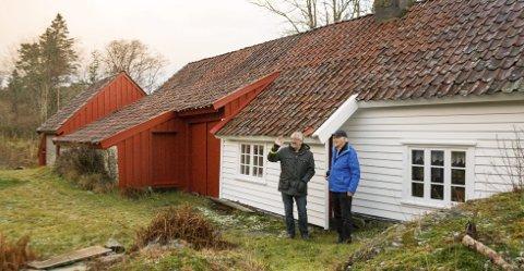 FJØS OG BOLIG SAMMEN: Kommuneantikvar Lars Tveit (t.v.) og Hans Magnus Hillesland. Fra gammelt av var det ikke uvanlig å bygge fjøs og bolig sammen. – Fjøsdelen ble lagt mot nord/ nordvest for å gi ly til boligdelen, sier Tveit.