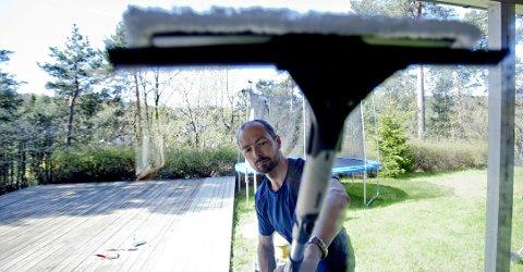 Vindusvask er fort gjort med en dobbeltsidig vindusvasker og et forlengerskaft.
