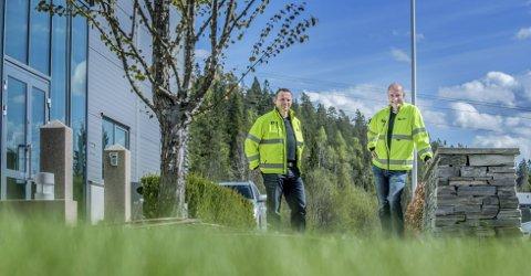 TENKER FREMOVER: I tillegg til egne lokaler har Braathen landskapsentreprenør AS kjøpt 120 mål tomt i Osloveien næringssenter som de ønsker å utvikle til næringsformål. Driftsleder Aslak Østvag (til venstre) og daglig leder Einar Braathen. FOTO: CHRISTIAN CLAUSEN