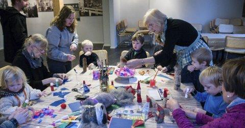 Verksted: Ingrid Brodin hjelper barna på juleverkstedet, og finner her frem ulike skjeggtyper til kubbenissen.ALLE FOTO: Eskild Gausemel Berge
