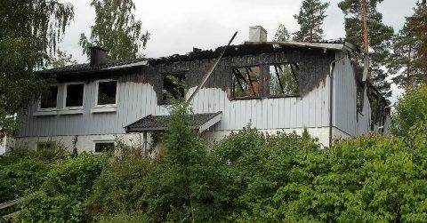 Denne eneboligen på Eiksmarka ble totalskadet i en brann lørdag morgen.