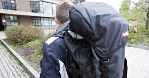 Usikker: «Per» går en usikker tid i møte. Han kan se langt etter fast bopel. NAV i Ås ga han ryggsekk, sovepose, liggeunderlag og primus.foto:ole kr. trana