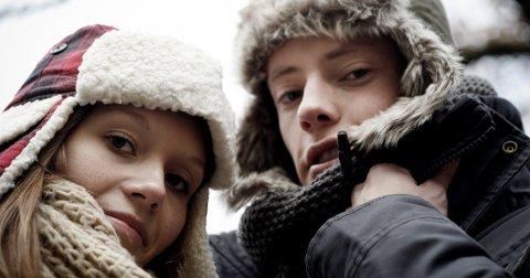 På kalde dager kan det være godt å ha noe som varmer og beskytter hele hodet. Begge øreklaffeluene er fra H&M og koster 149 kroner.