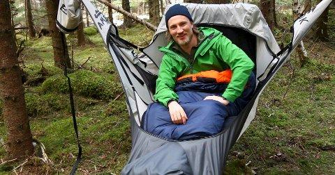 Opphengt: Jonas Haug (26) fra Fredrikstad elsker jakt, fiske og friluft. Gjennom studiene på Entreprenør-skolen i Trondheim har han startet firmaet Amok Equipment, som nå selger hengekøya Haug selv har sydd. Produksjonen er satt i gang i Kina, og køya på bildet er en prototyp. begge Foto: Amok Equipment