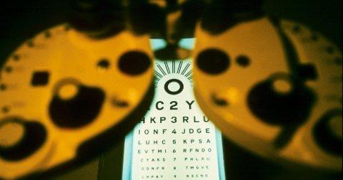 En øyelege granskes etter anklager om feilbehandling av en rekke pasienter.