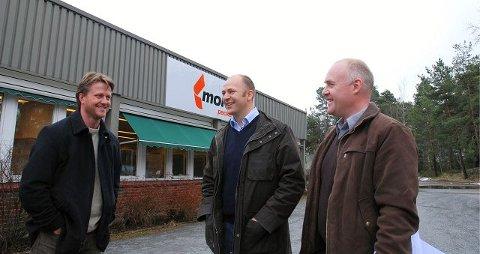 Økonomisjef Lars A. Olsen i Mondi Packaging (t.v.) var godt fornøyd med 63 millioner kroners avtalen med Peder Nærbø og Torbjørn Moe i Bulk Eiendom. foto jon gran