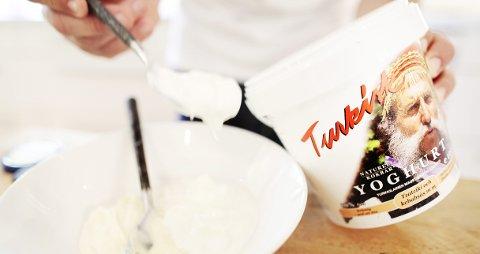 Bruk tyrkisk yoghurt til dressingen, så slipper du å sile den.