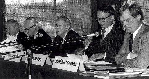 Herbjørn Hansson (til høyre) sammen med andre Kosmos-ledere på generalforsamlingen i 1985 da alt var rosenrødt. Foto: Olaf Akselsen