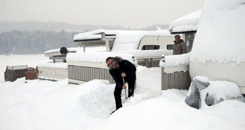 Svein Støa har akkurat fått måket samboer Tove Kordahl inn i campingvogna på Mjøsa Ferie og Fritidssenter. Hit drar de så ofte kan, året rundt.