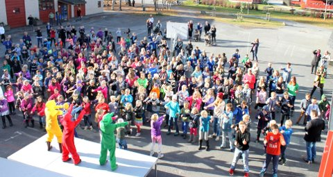 Hele Finstad skole danser BlimE-dansen, en dans for vennskap.