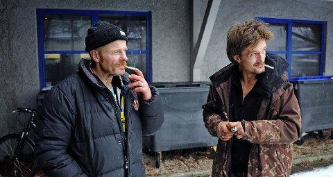 Tommy Gløer Olsen (56, t.v.) og Erik Adam Aas (47) har ikke noe sted å bo. Kommunale tall viser at 117 personer i dag er registrert bostedsløse i Fredrikstad.