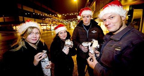 Linn-Beate Løland Skyum (16, fra venstre) Cecilie Sørby (32), Håvard (23) og Lars Rønning (35) tok en runde i Fredrikstad sentrum for å finne den beste «julekebaben» i desembernatten.