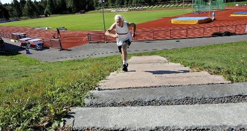 DEN GAMLE GULLGUTTEN: Arne Ueland er 79 år og på mange måter på oppløpssiden av livet. Men atleten fra Fon er langt fra mett av dage – eller mett av gullmedaljer.  – Så lenge helsa holder, er det bare å kjøre på, sier Ueland som løp 100 meter på 15,14 for to uker siden. Foto: Marit Borgen