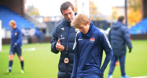 I forrige uke trente Martin Ødegaard med Bayern Münchens 16-årslag. Her får han råd av SIF-trener Ronny Deila på torsdagens trening.