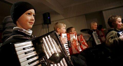 Victor Nordang Løkken (6) skal nå begynne å øve til glede for familie og naboer.