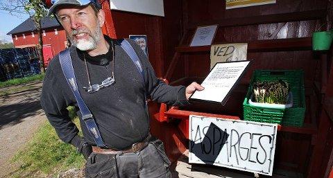 FIKK TILBAKE Fra denne selvbetjeningsboden forsvant det et par hundrelapper for ni år siden. Nå har Einar Kristen Aas på Skallerød fått tilbake pengene med en beklagelse fra en person som har slitt med dårlig samvittighet.