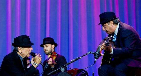 Leonard Cohen (til venstre) gikk ned på kne for gitarvirtuos Javie Mas allerede under åpningssangen «Dance Me to the End of Love» og Mas gjorde seg vel fortjent til det gjennom en over tre timer lang konsert i Halden onsdag kveld.