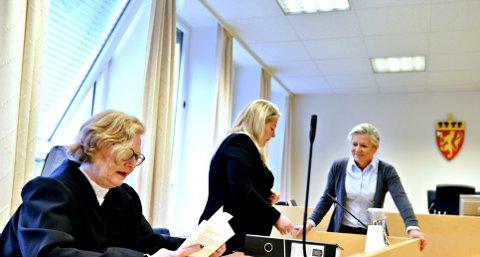 Bistandsadvokat Anne Cathrine Vogt (t.v.), aktor Monica Hanø og Heidi Caorline Varmann avbildet før saken startet i Drammen tingrett tirsdag.
