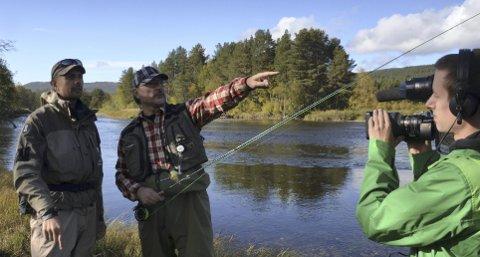 Nyttig besøk: Daglig leder i Fishspot, Gudmund Nygård, tror det har stor betydning å ha besøk av Fiske! med programleder og produsent William Moberg Faulds og fotograf Tom Peczynski.
