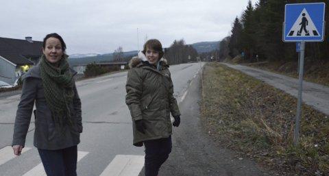 NOE MÅ GJØRES: Camilla Storlien, Ringsaklista og Kjerstin Lundgård, Ap, mener det må gjøres noe for de myke trafikantene som ferdes langs Rv. 216. Foto: Jan Rune Bakkelund