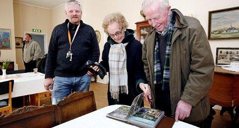Steinar Upsaker og Kari Selmer fant mye å glede seg over på postkortutstillingen på Rygge Museum som ikke minst takket være museumssjef Helge Aker (t.v.), kunne by på 80 spennende postkort fra tidlig på 1900-tallet og frem til i dag.