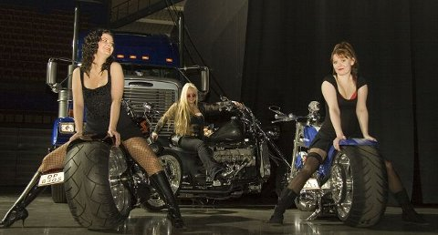 TØFT: Det blir show med Harley Davidson-motorsykler, kule damer og god musikk i Kongsberghallen på lørdag. FOTO: DOS MOSQUITOS