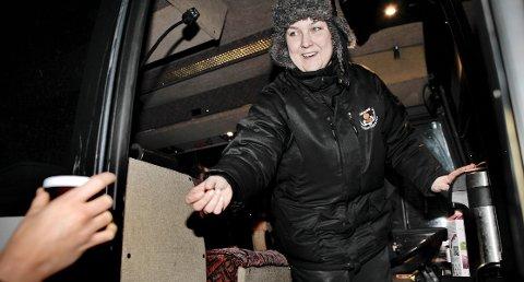 Trine Risvik fra Tromsø friluftsenter holder nordlysturistenes humør oppe med kake og kaffe, tross regnvær.