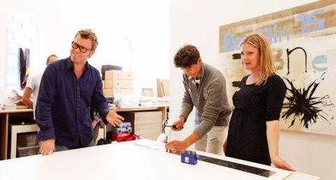 Skoleelever og lærer fra 17 av landets fylker var samlet i atelieret til Magne Furuholmen på Galleri Trafo i dag. Han viser dem teknikker de skal bruke for å dekorere skulpturen han lager i forbindelse med prosjektet «Tidskapsel til ungdommen».