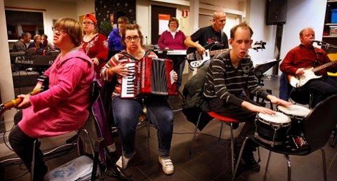 Moss og Omegn Janitsjar og Samspillbandet skal holde konsert sammen i Østfoldkirken 25. november. Her fra en øvelse på Masvo. Eirin Augusti (fra venstre), Cathrine Borge, Julian Tjøme og Per Tollefsen.