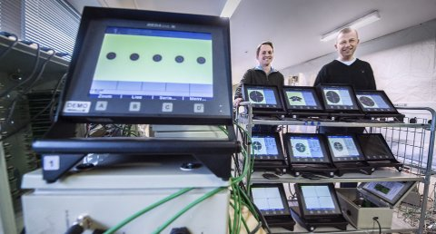BLINK: Megalink produserer elektroniske blinker. Daglig leder Arne Roaldsøy og programvareprogrammerer Dag Ivar Findreng selger til hele verden. FOTO: CHRISTIAN CLAUSEN