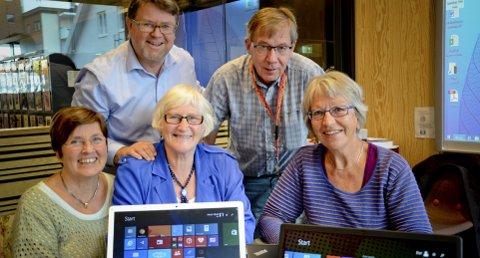 UREDDE: Kursleder Morgan Fosstveit (bak t.v.) fra Evry forteller at han sjøl er Hamar-gutt som i sin tid solgte mopeden for å kjøpe sin første datamaskin, en Commodore 64. En lang og mangslungen datakarriere senere nøler han ikke med å si at hamarsinger ligger helt i forkant når det gjelder å kaste seg på i datautviklinga og lære seg nye ting. – Og disse seniorene på Windows 8-kurs er spydspisser, bare så det er sagt! sier han om de to gruppene med seniorsurfere i Hamar bibliotek sist torsdag. Bak t.h.: Arrangementsansvarlig Finn Andersen fra Hamar bibliotek. Foran fra venstre: Liv Nilssen (68), Anne Marit Rem (snart 71) og Jorun Brinck Nes (67) som alle ser både glede og nytte i å holde seg oppdatert på pc gjennom pensjonisttilværelsen.