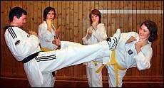 KAMPKUNST: Ragnar Furuli (fra venstre), Ane Skirbekk, Pia Stenbakk og Siri Djurhus Torgals trener kampkunsten taekwondo. Foto: Ragna Strand
