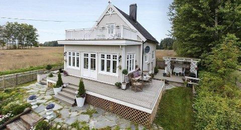 Huset på prærien: Det idyllisk beliggende huset i Børsumveien i Ås gikk for 1 050 000 kroner over takst. FOTO: AASEN EIENDOMSMEGLING