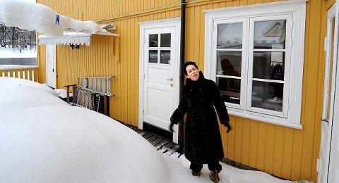 Historiker Hanne Marie Johansen skal skrive bok om de om bodde i Drammen. Her er hun på gamle tomter ved elva, i huset på Landfalløya der besteforeldrene hennes bodde og drev bakeri.
