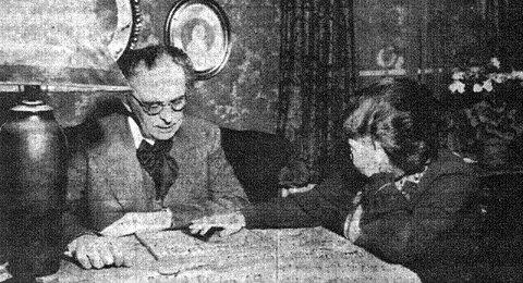 Spiritisme Byfogd Ludvig Dahl og datteren Ingeborg Køber under en spritistisk seanse i hjemmet på Cicignon. Bildet er trolig tatt tidlig på 1930-tallet.  Foto: Fra boken «Mysteriet Ingeborg Køber»
