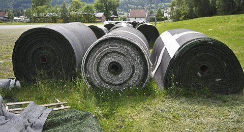 På grusbanen på Berskaug ligger nå kunstgresset som lå på Marienlyst fra 2008 til våren 2013.