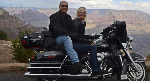 POSTKORTMOTIV: Hilde og Jarle Søvik på harleyen – med Grand Canyon i bakgrunnen. Med avstikkeren til Las Vegas ble Route 66-turen for ekteparet bortimot 4.500 km lang. Det var mange fine kjøredagerFoto: KNUT JEGERSEN
