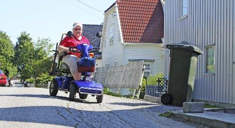 Humpetitten: For rullestolbruker Jytte Krogager finnes det mange utfordringer på vei fra boligen på Leie til Fredrikstad sentrum, blant annet som denne fordypningen i Ilaveien. Foto: Marte Marie Frisell