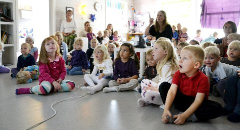 OJ! Barna i Blomsterøya barnehage satt musestille i én time, mens Inger Gretland (i svart) fortalte om livet som barnefysioterapeut i Zambia. Gjennom film og bilder fikk de et innblikk i hva pengene de gir til organisasjonen Play går til. Foto: Elisabeth Skovly