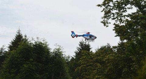 Politihelikopteret flyr i lav høyde over området.