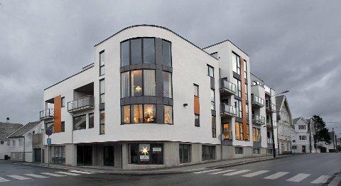 Nesten 20 år:  Det har nesten tatt 20 år fra Arne Tysvær kjøpte hjørnetomten til nybygget nå står ferdig.