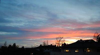 Stadium 1: Når den går ned, forgyller sola himmelen rundt seg og farger deler av de blågrå skyene rosa. ALLE FOTO: KAY OLAV WINTHER D.E.