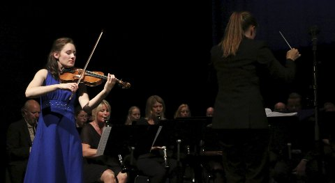 GODT SAMARBEID: Fiolinst Ragnhild Hemsing og dirigent Maria Molund har tydelig funnet tonen.BEGGE FOTO: TORBJØRN ENDAL